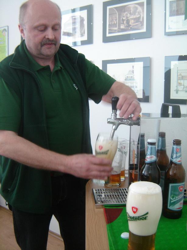 08_sladek-oldrich-zaruba-cepuje-pivo
