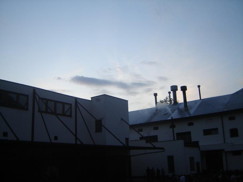 21_pohled-na-strechy-pivovaru-pri-zapadajicim-slunci